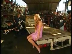 blondinette niqu&eacute e en gang group-sex